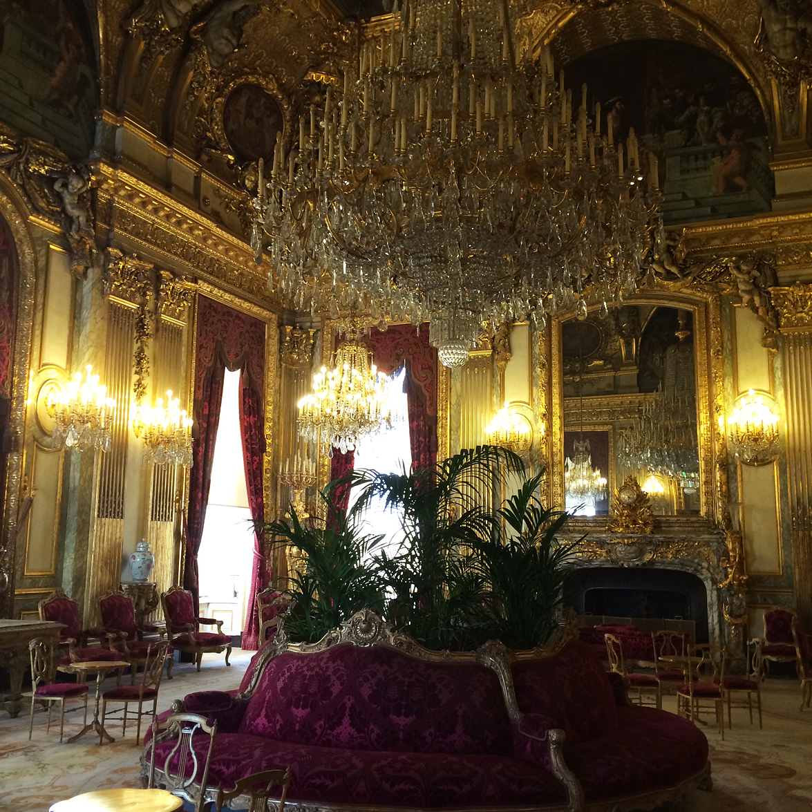 (above) The Grand Salon. The Napoleon III apartments, which served as the Ministry of State, were built in 1861 in the Aile Richelieu along the Rue de Rivoli.