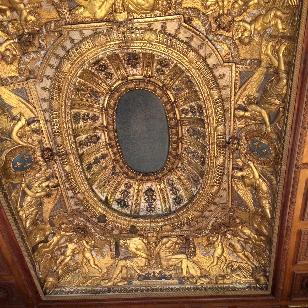 (above) Ceiling detail of the Chambre à alcôve (Alcove Bedchamber). The figures of the captives are by Girardon and Regnaudin, and the Victories by Legendre and Magnier. The painter Eustache Lesueur decorated the oval compartment in the middle with an allegory showing Time abducting a woman holding a lily. Unfortunately this painting has since disappeared.
