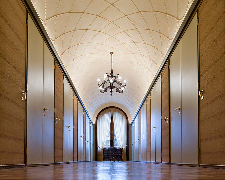 (above) The first floor hallway (photo by Massimo Ripani)